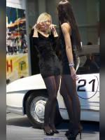 "photo from the publication ""Oldtimer 11. In black."", author Эдуард@fotovzglyad, Tags: [exhibitions, pantyhose (tights) black, short dress, shoes black, heels, blonde, brunette, black dress, Oldtimer gallery of Ilya Sorokin, Inessa Kuroplina, events, heel popping/dangling, car show]"
