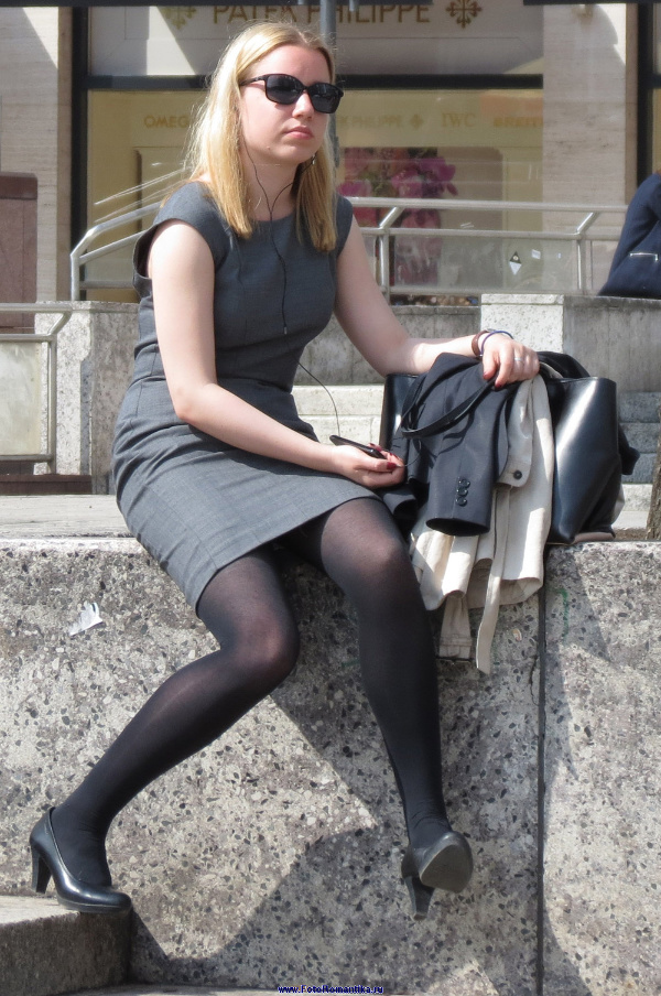 Girls cross the Pantyhose Legs :: Candidman