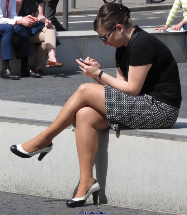 Girls cross the Pantyhose Legs :: Candidman